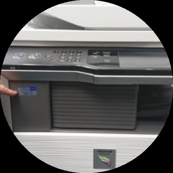 一个手指指着打印机上的标志.